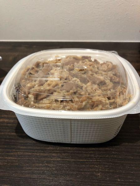 コンビニで買った牛丼なんですけどそのまま電子レンジで温めてもいいのでしょうか? 紙の容器にご飯が入ってて、プラスチックの蓋がされてます。