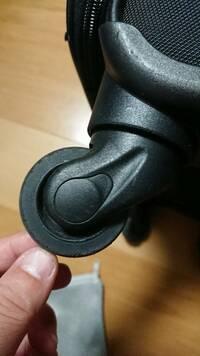 キャリーバッグのキャスターのゴムが割れてしまったので、車輪の交換方法について質問です。 ネットで調べたところ、キャスターの軸を金ノコで切り、新しい車輪をボルトで固定とするという方法がありました。 た...