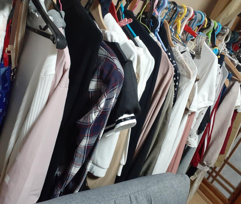 洋服の収納に困っています、、、今は服をハンガーに掛けているのですが、服が多すぎてどうにもごちゃっとして見えます……。 タンスはたたむとシワになるので、入れたくないのですが、オススメの収納法などあ...