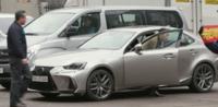 この画像の一番手前の車の車種は何ですか? これはとある韓国ドラマの一場面から切り取ったものです。車種的にはレクサスに見えなくもないですが、エンブレムがないです。