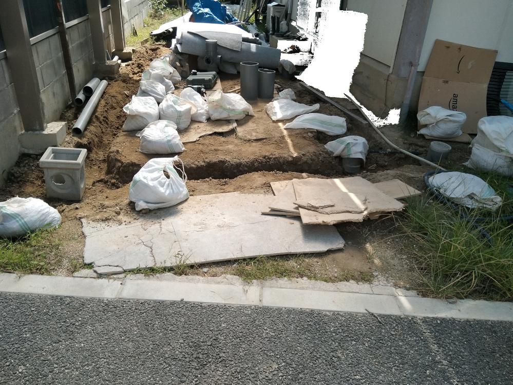 雨水桝の溜め底が入りません。擁壁基礎コンクリがあり雨水マスがはいりません。ずらすとちょうどタイヤが通る位置になります。 掘った深さのところにVU75置きます。 どうするんですか。