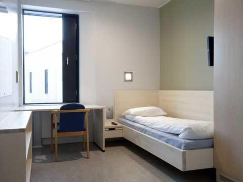 この部屋は次のどれだと思いますか? 1.パリのユースホステルの個室 2.ハーバード大学の学生寮 3.フランクフルトの3星ホテル 4.富裕層の家のゲストルーム 5.ノルウェーの刑務所の個室 6....