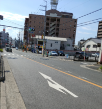 写真の道ですが、赤信号でも右折可能でしょうか。 右への道は停止線より手前にある為、赤信号でも右折する車両をよく見掛けます。