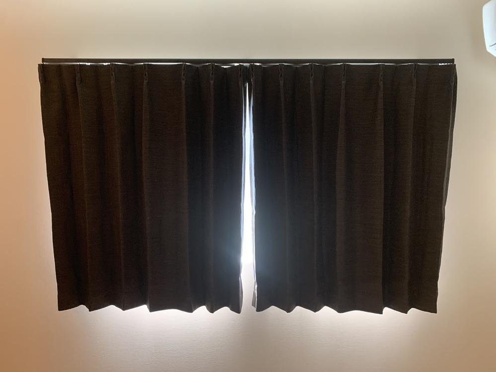 カーテンについて。 新品のカーテンをニトリで購入して取り付けました。 するとカーテンを閉めても下にいくにつれて 隙間から光漏れがします。 うまく重ねても左右のカーテンの隙間から漏れてしまいます。