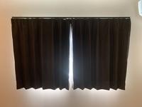 カーテンについて。  新品のカーテンをニトリで購入して取り付けました。 するとカーテンを閉めても下にいくにつれて 隙間から光漏れがします。 うまく重ねても左右のカーテンの隙間から漏れてしまいます。  こういうことは当たり前ですか? カーテンの不具合とかですか?