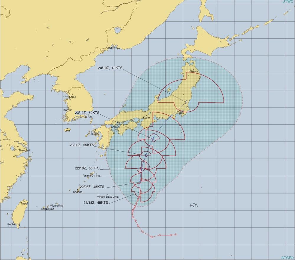 台風について。 あくまで予想なのは分かっているのですが日本は丸で表現されているのに対し米軍はいびつなのはなぜなのでしょうか? そこに当てはまらないところは比較的風が弱めなのですか?