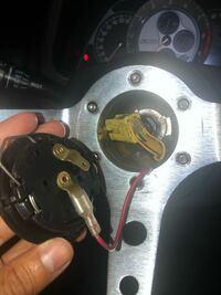社外のハンドルについて困っています助けてください( ; ; ) ボスを取り付け、安物のハンドルを取り付けました ホーンボタンの真ん中にボスから出てきたプラス線を差し込み、ボタンを押しながらハンドルに触れる...
