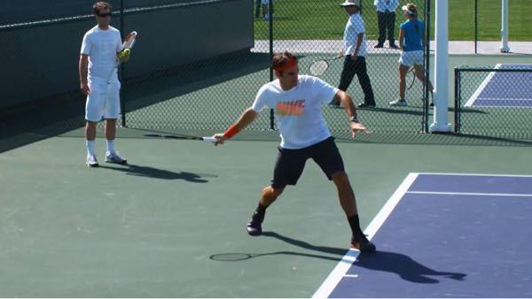テニスをしているのですが、フォアで、スイングの直前にラケット面を写真のように下に向けたいのですが、なかなか出来ません。数をこなして癖をつけるしかないですか?