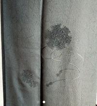 着物の下部にこのような刺繍?? のようなものがついています。それ以外は模様などありません。グレーのような一色です。このような飾りがついていますが、こちらの着物は小紋になりますか?