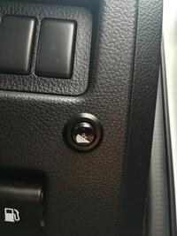 日産セレナ 画像の丸いスイッチは何のスイッチですか?
