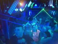 クラブの中で点灯しているレーザーについて。 クラブの中やライブなどで光っているレーザーはビームが見えますが、これは相当高出力なものなのですか? 写真はクラブの様子を写真で撮ったものですが、緑とブルーのビームがはっきり見えます。 これは、なぜこんなにはっきり見えるのですか?