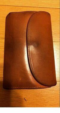 財布のエイジング?ビンテージについての質問です。 折りたたみ財布で使い込んでいくとある程度くたくたになって黒ずむ?ようなものが欲しいです。 おすすめのものはないでしょうか。  言葉で説明しても伝わらな...