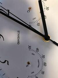 時計の分解をしていて、湿度と温度がわかるところの針を無理やり抜いたら芯的なものが中に入っていきました。 もし中に入った芯のせいで時計が爆発したり時計が壊れるといったことがあるでしょうか?ちなみにこの...