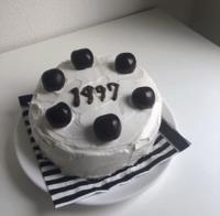 こういう画像のケーキよくインスタとかTikTokで見かけるんですけど、これって手作りでしょうか?それともどこかで買えるのでしょうか?今、とっても気になってて買いたいと思ってるんで教えてください!