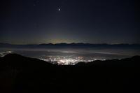 長野県、ほぼ西の空、4:30ごろです。 正面の一番明るい星は金星でしょうか。