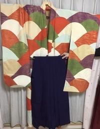 卒業式にこの振袖と袴を着ようと思うのですが、この振袖に合う袴の色が思い浮かびません。紺の袴はあるのですが、パッとしない気がします。 袴の色だけでなく、帯の色も教えてもらえると嬉しいです。