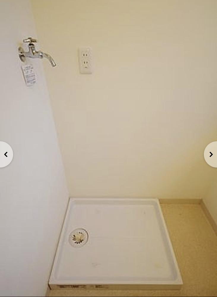 賃貸に引越し予定です。 引越し先の洗濯機置場が写真のものなのですが 縦型の洗濯機の置く向きは写真手前の向きでも問題ないのでしょうか。それとも右向きに置いたほうがいいですか? よろしくお願いします。