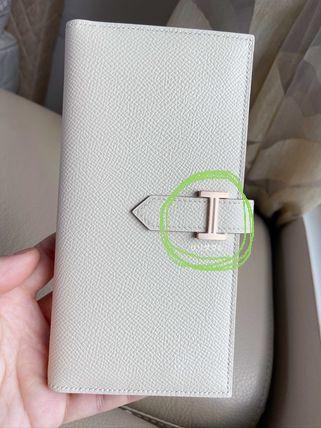 レザークラフトなどに詳しい方 このお財布などのベルトを止める留め具の名前はなんと言うのでしょうか? よろしくお願いします