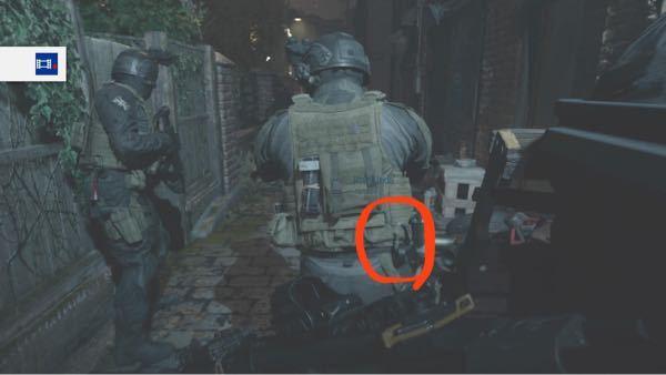 サバゲー装備について質問です。 軍人さんでたまに図のようにビニールテープをカラビナで装着している人がいますが、このビニールテープは何に使うのでしょうか?