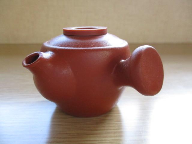 これは、小さい急須ですが、お茶を飲むには、 小さすぎますが、蓋も普通のと違いますが、 何をする何という物でしょうか? 高さ5cmぐらいの物です。 一応、陶器製です。