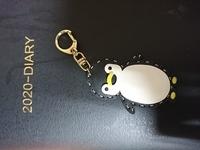 このペンギンのキーホルダーは、おいくらくらいしますか? どちらの製品とかありますかね。
