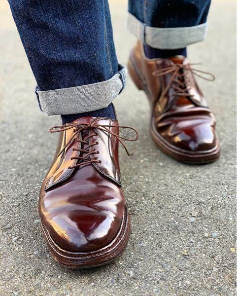 革靴に詳しい方教えていただきたいです。 今、普段着用の革靴を探しています。 オールデンの990のような丸っこくてペタッとしたあまりソールの分厚く無いものが欲しいです。 ただ、オールデンは高いの...