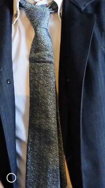 ネクタイの型崩れ・シワについて ネットで購入したシルク100%のネクタイですが、 着用したところ以下の画像のようにくぼみのような型崩れが起きています。 アイロンのスチームでどうにかなりますでしょ...