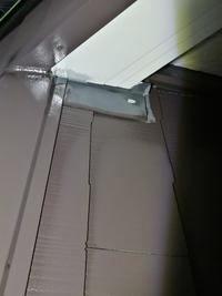 外壁塗装中で屋根の下塗り、中塗り施工後の状態です。 塗れて無い所や板金の錆止めがされていないような気がするのですが、上塗でキレイになるのでしょうか? 通常は端の細かい所から塗っていくと思って真下が、段...