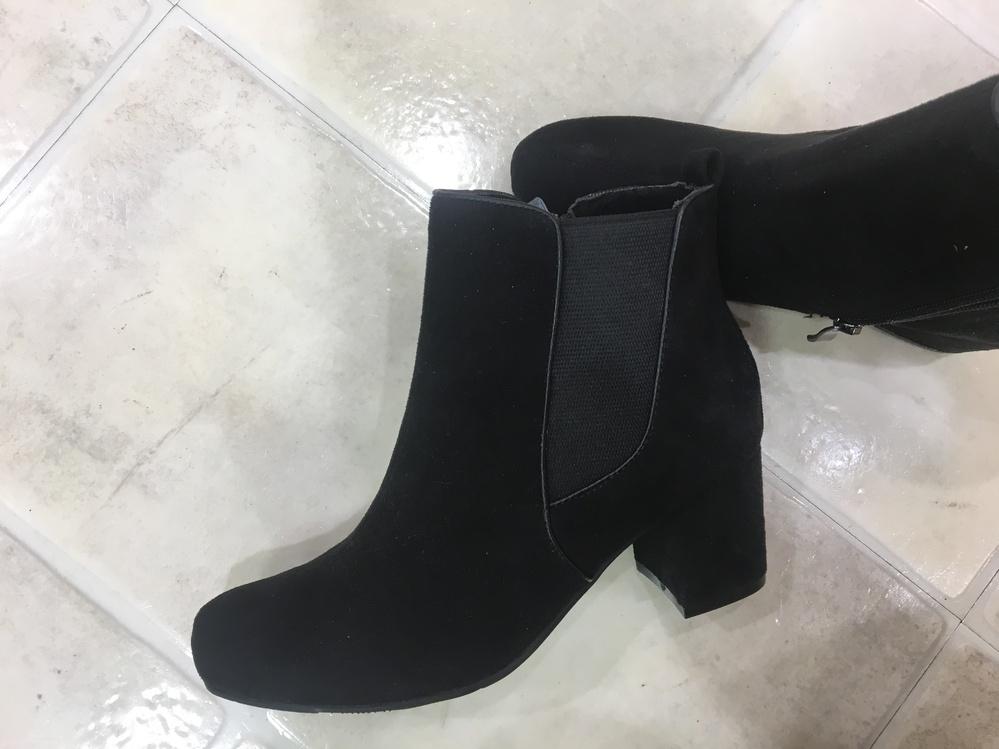 この靴は綺麗目女子アナコーデにあいますか? ちょっと素材が違うのかな?とか思いました。