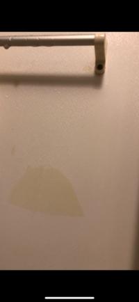 浴室にゴム手袋を一週間ほど放置していたら壁に跡が付いてしまいました。 メラミンスポンジ、除光液、ハイターなど試してみたのですがとれませんでした。賃貸なので退去時にいくら請求されるか心配です。なんとかとる方法ありませんでしょうか。