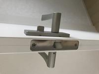 アーネストワンの建売です。 寝室のドアノブを鍵付きに交換したいのですが、 どれが合うのかわかりません。 トイレのドアノブは鍵付きなので、それと同じものを探しています。 詳しい方よろしくお願いいたしま...
