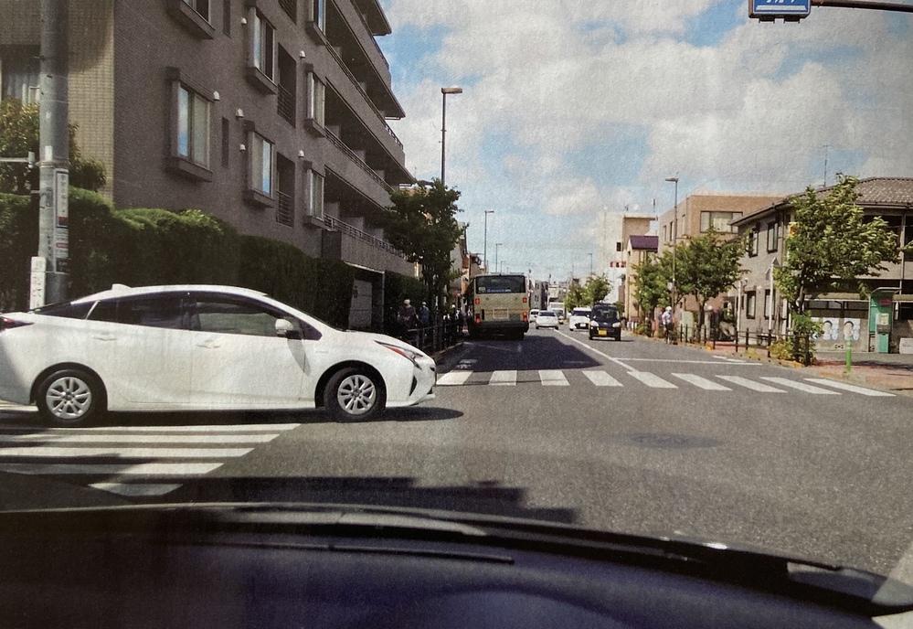 この白い車はプリウスですか。