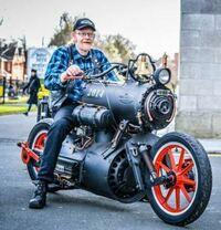 さきほどすれ違ったバイクですが、どこのメーカーですか?