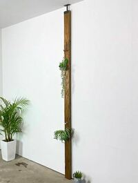 ベニヤ板に剥がせる壁紙は貼れますか? 賃貸で壁に貼ろうと思ったのですが、私の部屋の壁には貼れない素材なので写真のように木を何本か取り付けてその木にベニヤ板を打ちつけてそのベニヤ板に貼ろうかと考えています。  剥がす際は綺麗に剥がせなくても良いのです。