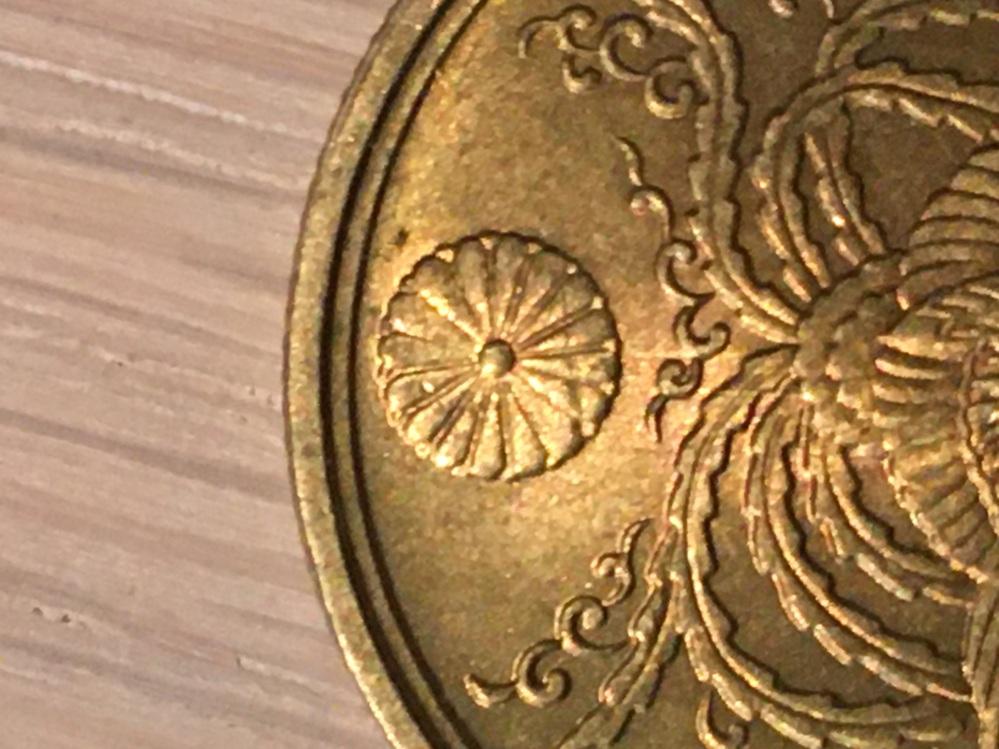 この大型50銭黄銅貨は光線付きでしょうか? または単なる傷でしょうか?