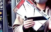 鬼滅の刃関連のニュースでインタビューを受けていた方の、手に持っている冊子?雑誌?についてです。 おそらく鬼滅の刃と書いてあるようなのですが、何の本なのか気になっています。 わかる方いらっしゃいません...
