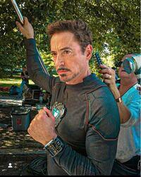 この写真のロバートダウニーJrさんが付けている時計がなにか分かる方いませんか?
