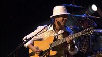 ギターのブランド、モデルについての質問です。 このライブ映像で、サンタナが演奏しているギターは何でしょうか。シグネチャーのPRS DCでは無い方についてお願い致します。  https://youtu.be/lBveD6Ddwps  こちらが動画のリンクです。