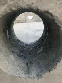 建築基準法 新築の家の基礎で排水管をまっすぐ通す為だけに、 コア抜きをされ鉄筋を切られています。 建築基準法違反には当たらないのですか? 専門家の先生よろしくお願いします。
