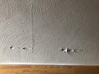 壁に傷を付けてしまいました。 この模様は全面取り替えしないと治らないでしょうか? 部分補修で何とかならないでしょうか? どちらにしても、どれくらい費用がかかるものでしょうか?