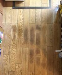 床の色が変わった原因はなんだと思いますか? 秋田市在住、家は築16年、床暖房です。 よく床には物を置いていて、久々に片付けたら写真のようになっていました。(と言ってもほぼ通路の場所なので、全面に物を置い...