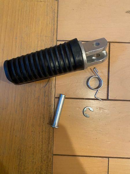 バイクステップを買いました。これだけで付けられますか?割りピンは必要でしょうか また、このいちばん小さいパーツはなんですか?