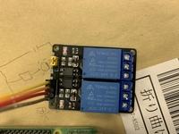 ラズパイのリレーについて質問です。 ラズパイの電源を入れると、リレーの動作表示ランプが微弱に点灯しています。 これはなにか問題あるのでしょうか。 ちなみに、GPIOで一度ONOFFすると、強く点灯するか消える...