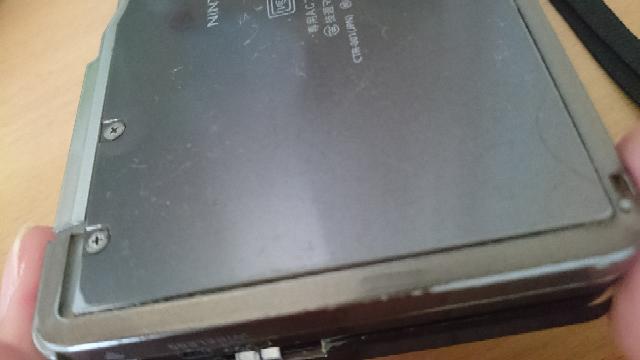 3DSの裏の電池蓋がほんの少し浮き出てるのですが、このまま使い続けてもいいのでしょうか? 数年前、バッテリーの調子が悪くなり、故障だと思ってしばらく本体にさわらなくなってたのですが、それから半年...