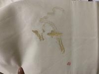 着物の帯模様について質問させてください。  先日、写真の白い帯を譲り受けました。 金糸で漢字が刺繍されているのですが、 お恥ずかしい事に、読めません。  「彩」かなと思いましたが如何でしょうか? 写真の向きがアップロードの時におかしくなっているかもしれません。その場合は申し訳ございません。  また、どのような場面で着用可能かも併せてご教示頂けますと大変助かります。  宜し...
