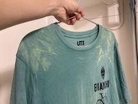 洗濯機を買い替えてからなのですが、洗濯した際の変色が酷いです。 写真のとおりですが、紺、青、灰、緑といった衣類がオレンジや黄色に変色してしまいます。  洗剤や漂白剤は変えていないのですが、洗濯機から...