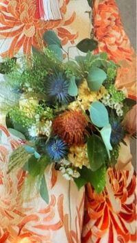 花の名前に詳しい方 こんばんは、こちらの写真に使われている花(とくにオレンジ、青の花)の名前が分かる方いらっしゃいましたら教えてください。  よろしくお願いいたします。