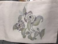 この染めと刺繍で塩瀬の名古屋帯は今の時期に使えますか??柄もなんの花かわかりません。わかる方教えてください。