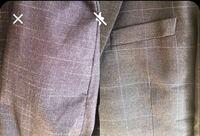 スーツについての質問ですが、写真のような組み合わせのスーツの着方って合いますか。 ズボンが紺だけどブルーよりで白い線が適当にバーっと入っており、ジャケットが紺だけどブルーっぽい線が入っております。