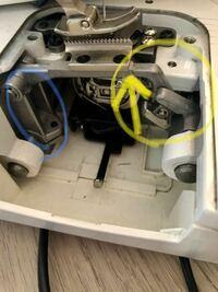 ミシン内部に詳しい方教えてください。 掃除をするのに内部を開けていて、黄色矢印部分を上に上げてしまいそのまま下に下がらなくなってしまいました。 下げ方が分かる方教えてください。 すぐに使いたいので直せ...
